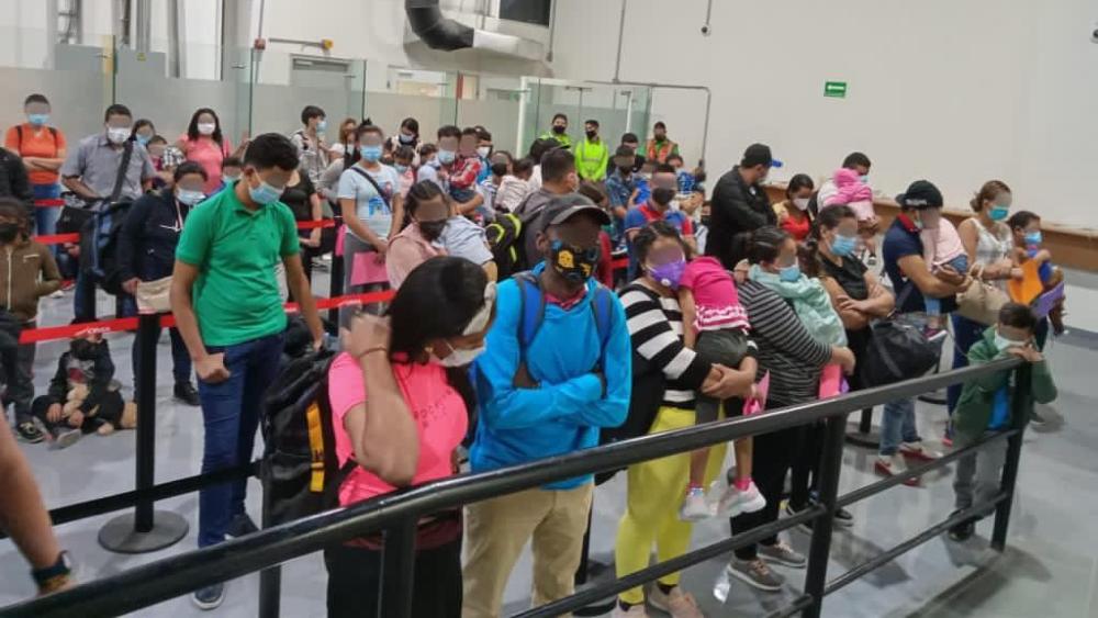 Identifican a 95 migrantes indocumentados en dos vuelos de Monterrey - El Instituto Nacional de Migración identificó en el Aeropuerto de Monterrey a 95 personas, quienes no pudieron comprobar su estancia regular en México. Foto de INM