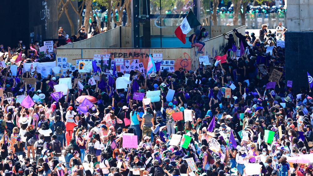 Investigan a cuatro hombres por agresiones en la marcha del 8M - mujeres 8M CDMX marcha