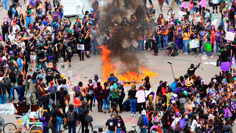 """Ciudadanía rechaza violencia como la del 8M: AMLO; por eso mujeres """"no llenan el Zócalo"""", asegura - Foto de EFE"""