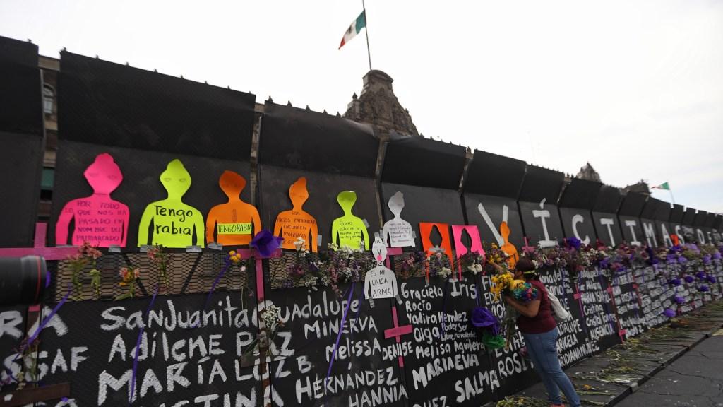 En México, mujeres levantarán la voz contra la violencia de género - Las vallas que rodean Palacio Nacional fueron convertidas en el 'muro de la memoria' de víctimas de feminicidio. Foto de EFE