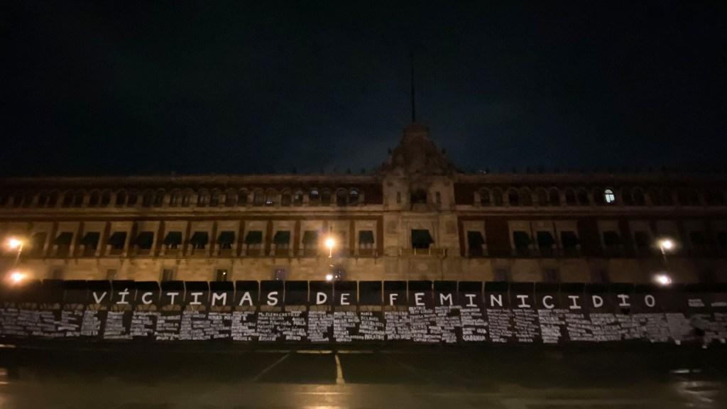 En 2020 se registraron 967 feminicidios en México - Nombres de víctimas de feminicidio escritos en vallas que rodean Palacio Nacional. Foto de Daniel Aguilar / @DAGUILARFOTO
