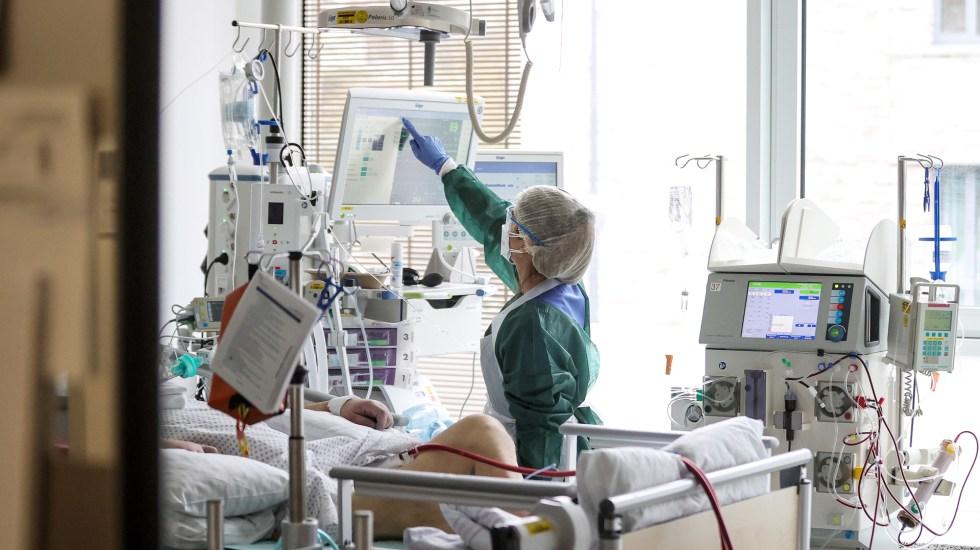 """Tercera ola de la pandemia en Alemania """"será peor"""" que las dos primeras, advierte instituto de virología - Paciente de COVID-19 en cuidados intensivos del Hospital Universitario de Essen, Alemania. Foto de EFE"""