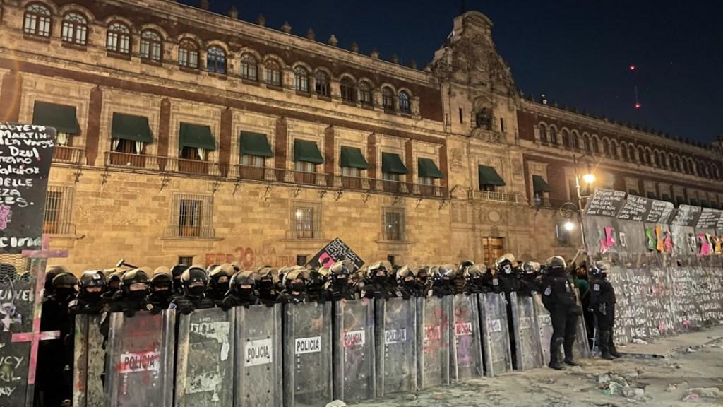 Marcha por el #8M culmina en la Ciudad de México con derrumbe de parte del muro en Palacio Nacional; hay 19 lesionados - Foto de @C_Dominguez_R