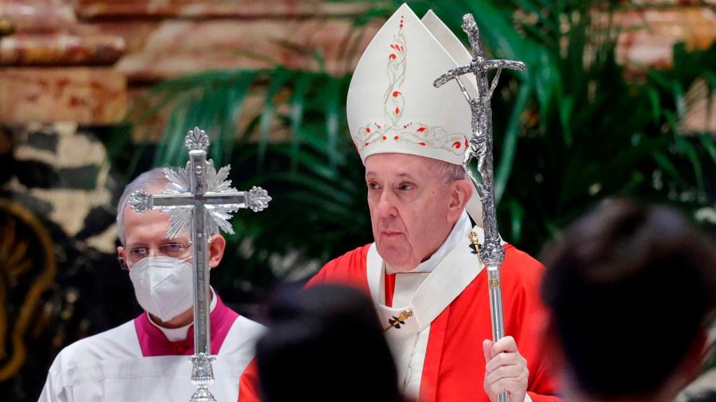 Papa Francisco pide ayudar a personas 'en dificultad' por la crisis económica derivada del COVID-19 - Papa Francisco durante misa del Domingo de Ramos en la Basílica de San Pedro. Foto de EFE
