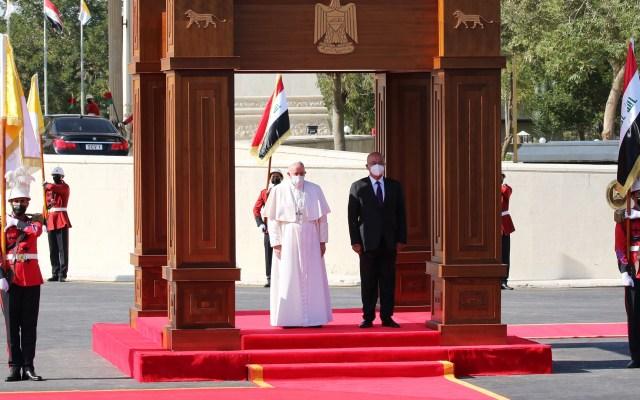 Papa Francisco pide desde Irak compromiso internacional para llevar la paz a Medio Oriente - Papa Francisco en ceremonia de bienvenida en Irak. Foto de EFE