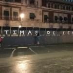 Mujeres graban en las vallas de Palacio Nacional los nombres de víctimas de feminicidio