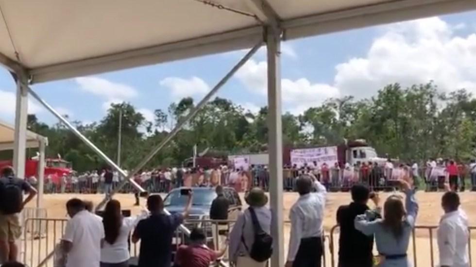 Camioneros protestan en Cancún ante López Obrador para exigir participación en obras del Tren Maya - Captura de pantalla