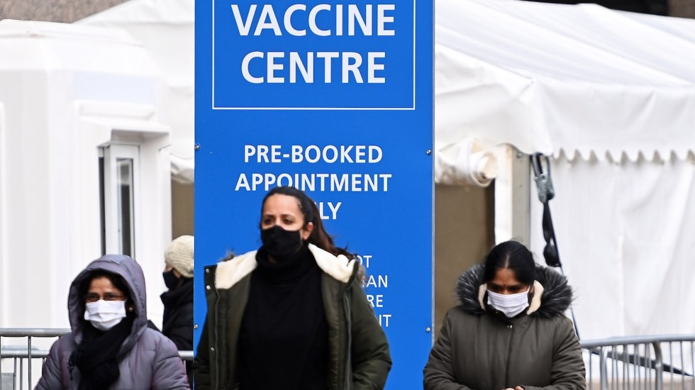 Reino Unido planea dosis de refuerzo para nuevas variantes de COVID-19 - Reino Unido planea una dosis de refuerzo de la vacuna contra el COVID-19. Foto de EFE