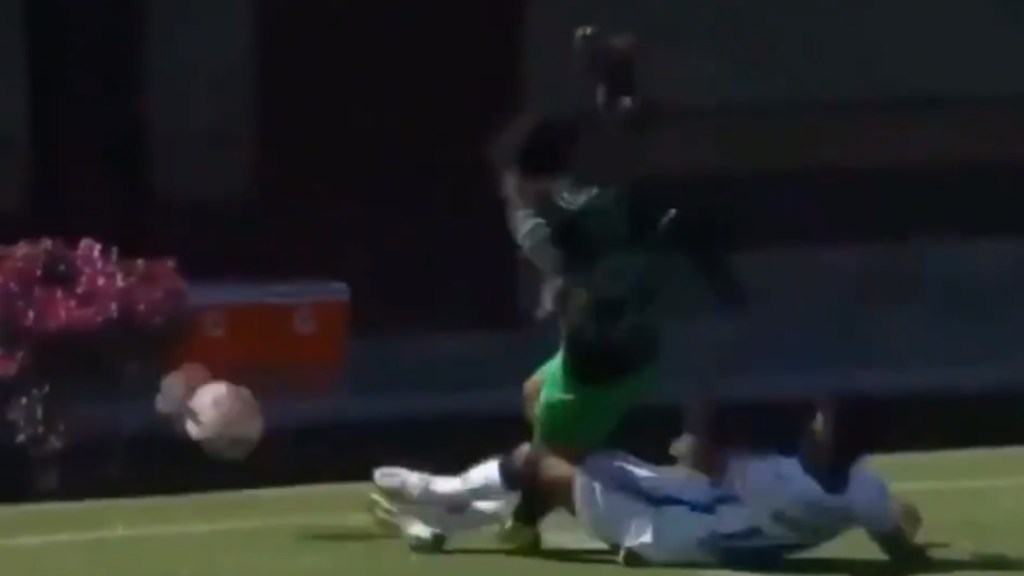 #Video Aparatosa lesión de delantero de Santos Sub 20 en partido ante Pumas - Santos Sub 20 partido Pumas
