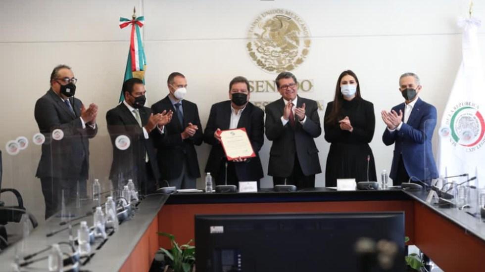 Senado reconoce trayectoria de Marco Antonio Muñiz