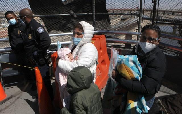 Migrantes solicitantes de asilo en EE.UU. sufrieron extorsión y secuestro en México: HRW - Miembros de la Organización Internacional por la Migración, escoltan a migrantes centroamericanos, como parte del Protocolo de Protección de Migrantes (MPP), en el puente internacional Paso del Norte en Ciudad Juárez, Chihuahua. Foto de EFE