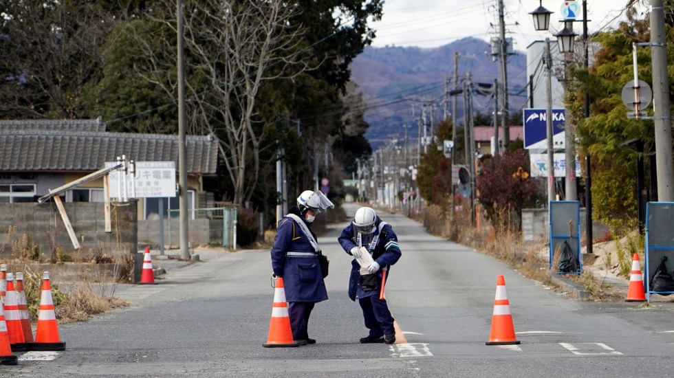 Los pasos hacia la recuperación 10 años después del accidente de Fukushima - Trabajadores en zona de acceso restringido en Futaba por accidente de Fukushima. Foto de EFE