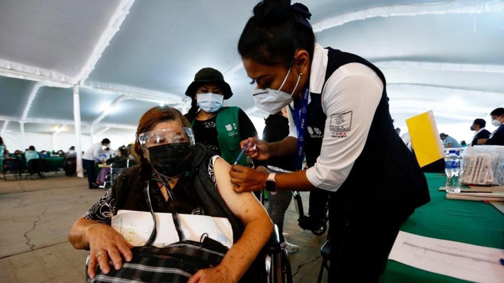 Vacunación COVID-19 en México avanza a ritmo lento, señala integrante de Grupo Asesor de SSA - Vacunación contra COVID-19 a adultos mayores en CDMX. Foto de @GobCDMX