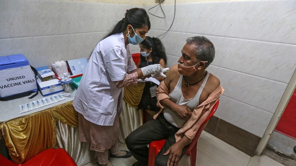 India suspende exportación de vacunas de AstraZeneca ante aumento de casos de COVID-19 - Vacunación contra COVID-19 en India. Foto de EFE