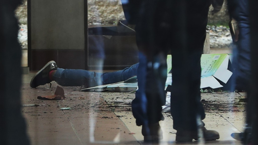 Detienen a tres personas por la muerte de seis estudiantes en universidad de Bolivia - Víctima de rotura de barandal en UPEA de Bolivia. Foto de EFE