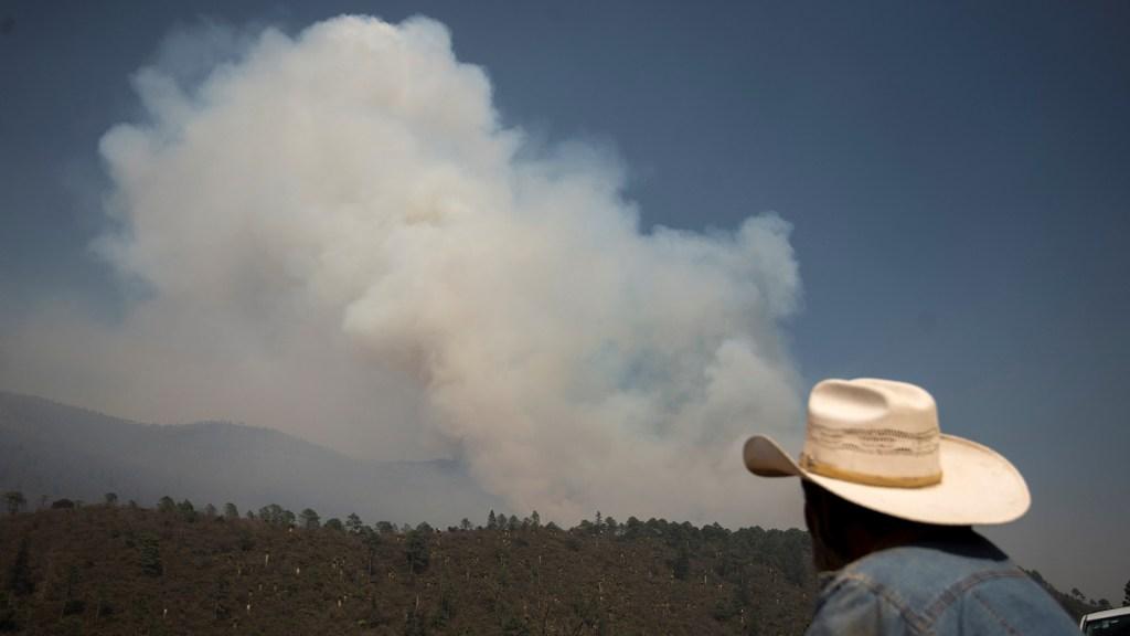 Incendio en límites de Coahuila y Nuevo León controlado en 63 % y liquidado en 35%: Sedena - Vista del incendio forestal en límites de Coahuila y NL. Foto de EFE