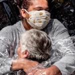 World Press Photo llega a México a mostrar el mundo más allá de la pandemia - La imagen del primer abrazo entre una mujer de 85 años y una enfermera a través de una cortina de plástico ganó el premio World Press Photo. Foto de EFE