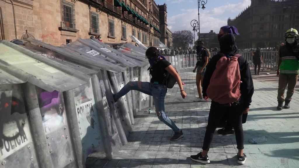 Arquidiócesis afirma que el desorden social reina en México - Actos violentos y vandálicos contra policías durante manifestación feminista en CDMX. Foto de EFE