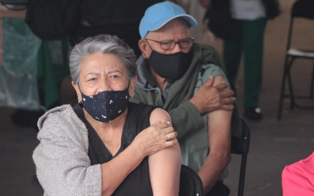 Continúa vacunación en Iztapalapa y GAM; hoy toca a adultos mayores con inicial H, I, J, K, L y M del apellido paterno - Adultos mayores vacunados contra COVID-19 en la GAM. Foto de @SSaludCdMx