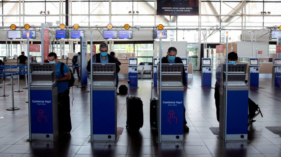 "OMS reafirma su oposición a ""pasaportes de vacuna anticovid"" - aeropuerto Santiago Chile pasaportes check in"