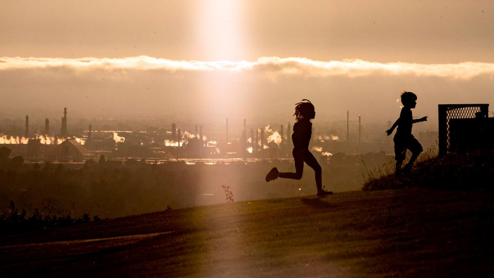 Respirar aire contaminado en la niñez afecta a la salud mental - aire fábrica contaminación niñez