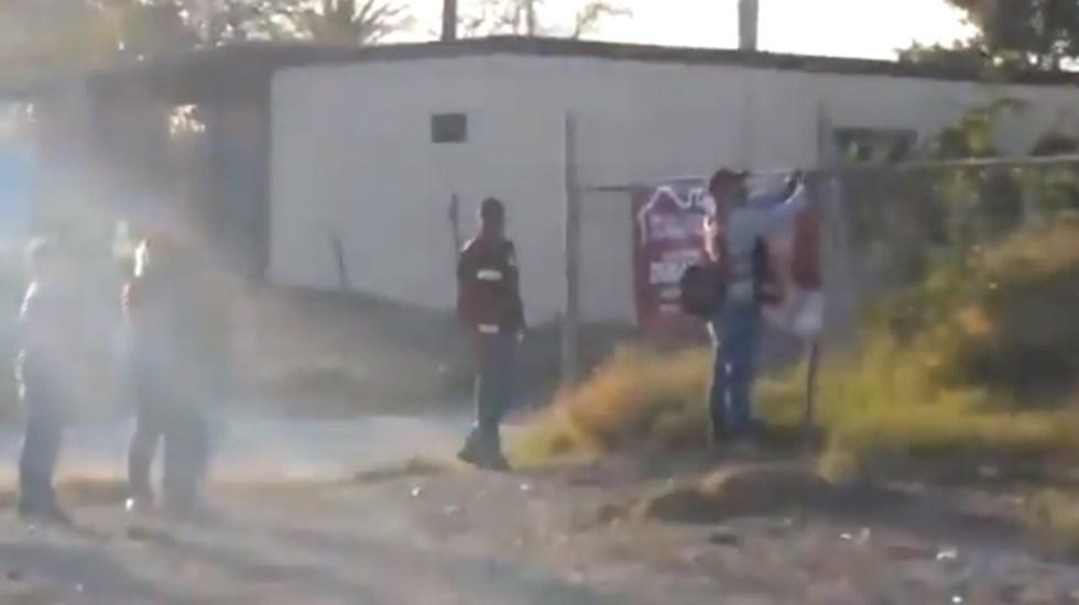 Captan a presuntos Servidores de la Nación colocando lona de Alfonso Durazo - Alfonso Durazo Servidores de la Nación