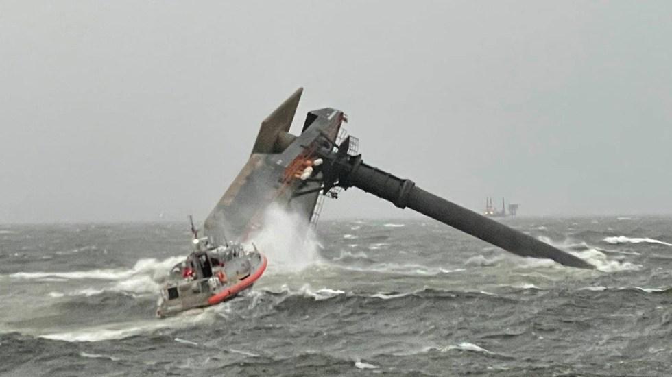 Desaparecen 12 personas tras hundirse un barco comercial en aguas del Golfo de México - Barco comercial que se hundió en aguas del Golfo de México. Foto de @uscgheartland
