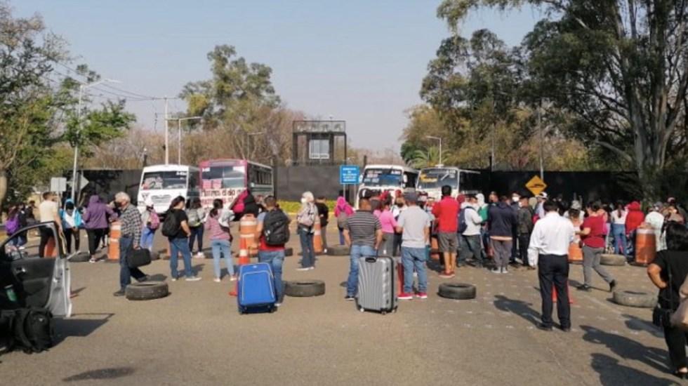 Bloquean accesos al aeropuerto de Oaxaca; se cancelaron 22 vuelos - Normalistas bloquean los accesos al aeropuerto de Oaxaca. Foto de Megacanal del Istmo
