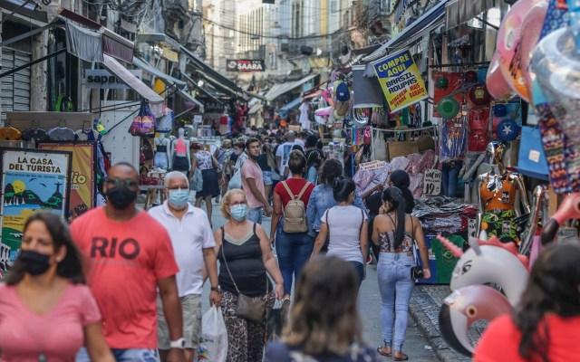 Variante brasileña de COVID-19 podría evadir inmunidad previa - Público recorre un sector comercial en Río de Janeiro. EFE/André Coelho