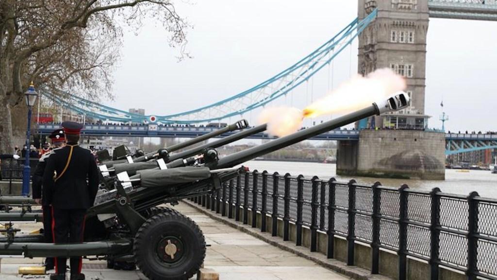 Reino Unido recuerda con 41 cañonazos la figura del príncipe Felipe - cañonazos en memoria del príncipe felipe