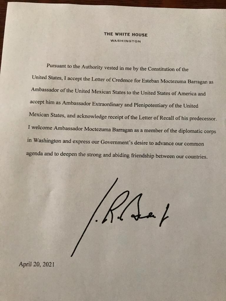 El oficio, firmado por Joe Biden, aceptando las Cartas Credenciales de Esteban Moctezuma. Foto de SRE.