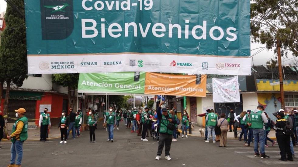 Largas filas y aglomeraciones en inicio de vacunación en Iztapalapa y GAM; piden respetar día de aplicación - Largas filas y aglomeraciones en el primer día de vacunación contra el COVID-19 en Iztapalapa. Foto de Gobierno de la Ciudad de México