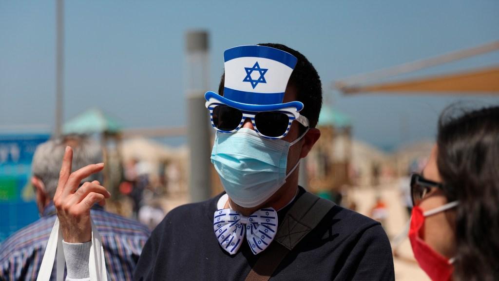 Uso de cubrebocas en Israel ya no será obligatorio al aire libre - Ciudadanos en Israel con cubrebocas. Foto de EFE
