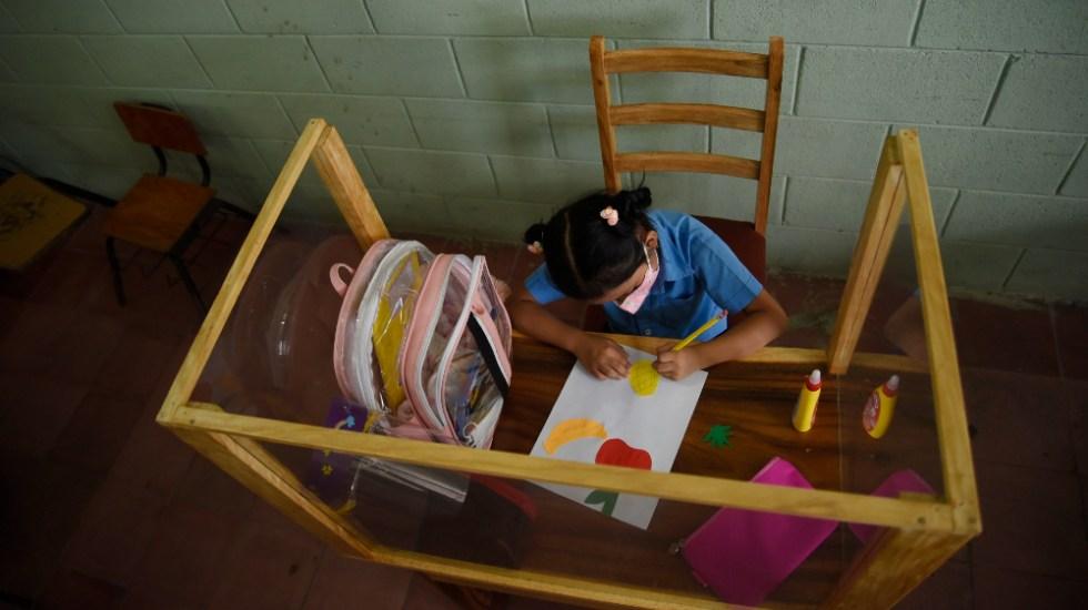 Carpintero salvadoreño protege a hija del COVID-19 con peculiar pupitre - El Salvador pupitre escuela coronavirus