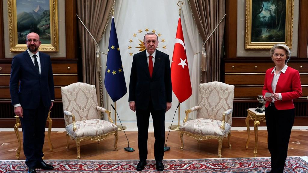 #Video Dejan a Von der Leyen sin silla en reunión con presidente de Turquía - Encuentro entre Ursula von der Leyen, el presidente turco Erdogan y Charles Michel. Foto de EFE