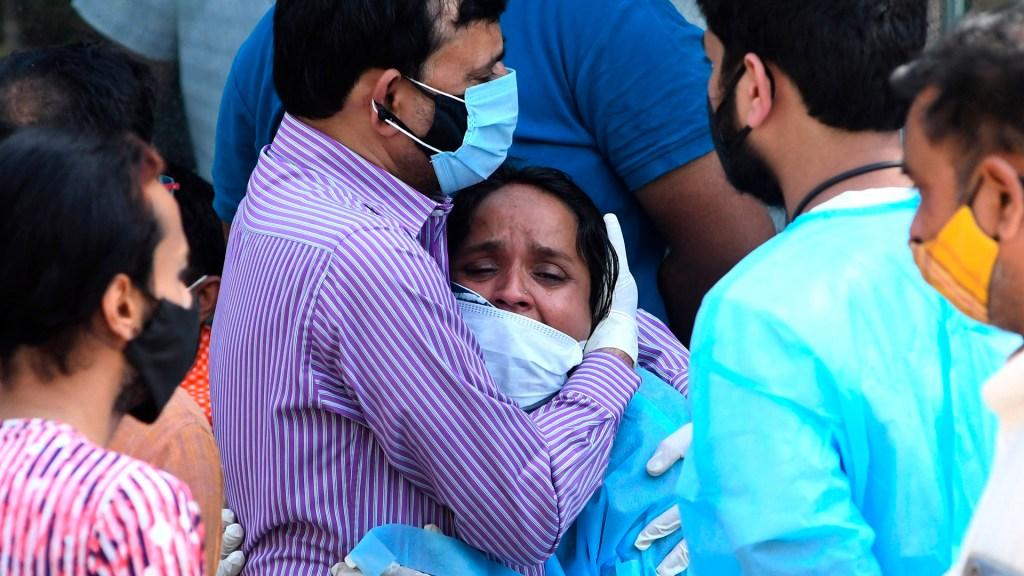 Murieron 22 pacientes de COVID-19 en India al cortarse el suministro de oxígeno - Familiares de víctimas de COVID-19 en India. Foto de EFE