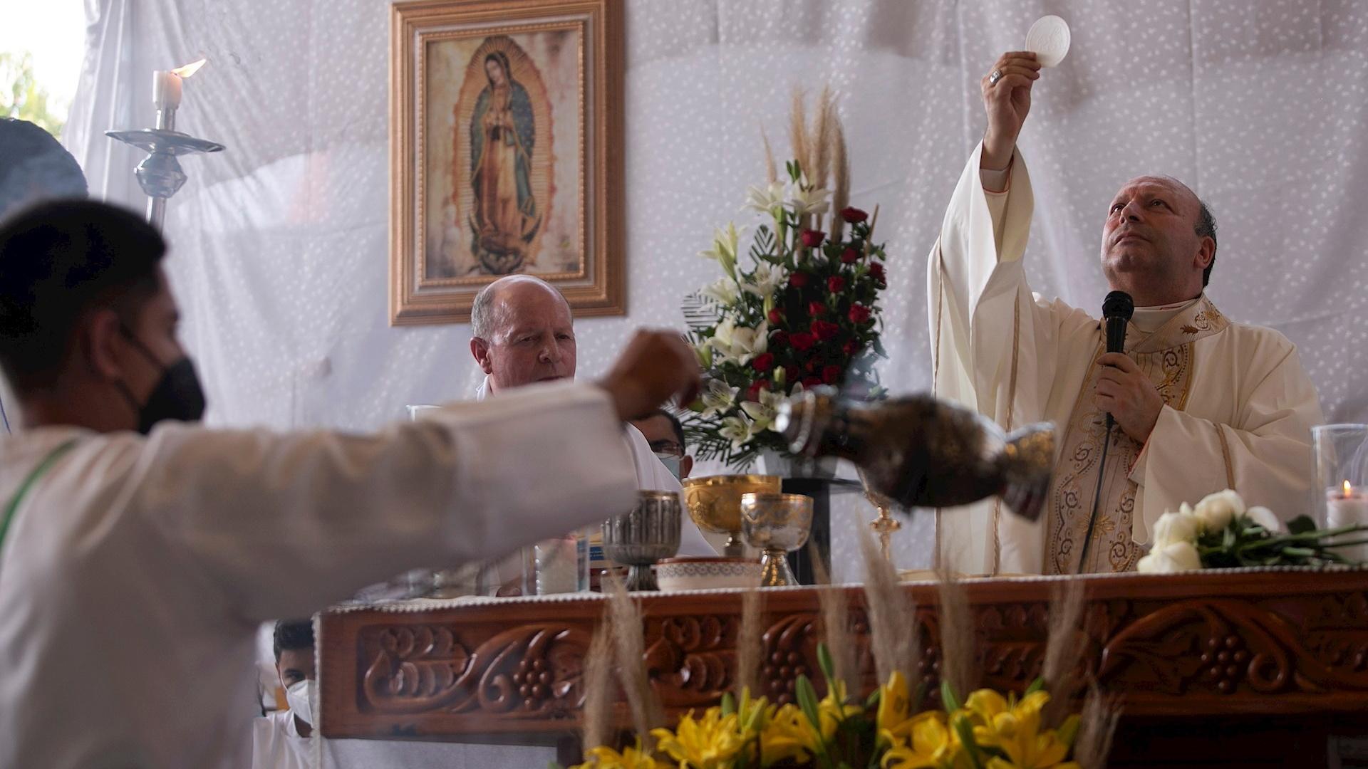 Vista de la visita del nuncio apostólico, Franco Coppola a Aguililla. Foto de EFE