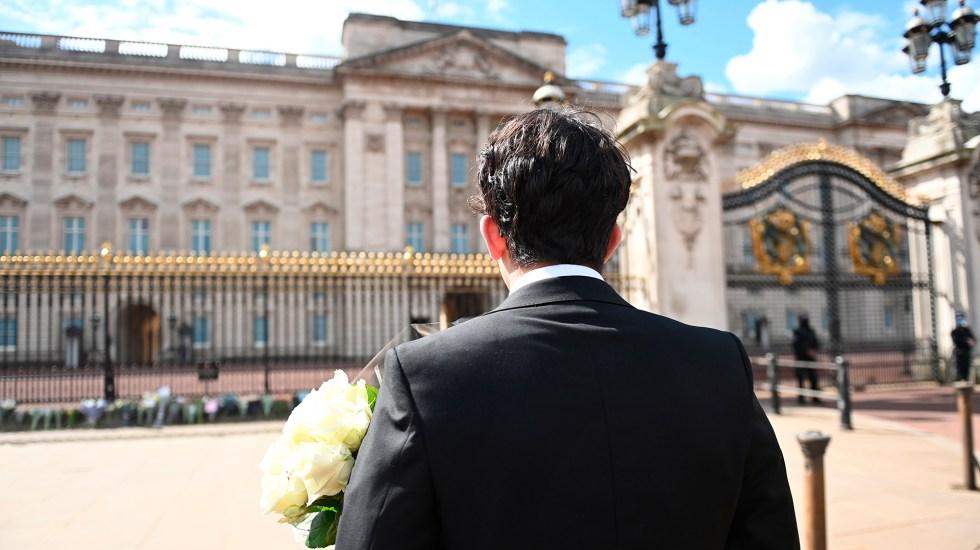 Operación 'Forth Bridge': así dirá Reino Unido adiós al príncipe Felipe - Unido llevan flores al Palacio de Buckingham por muerte del príncipe Felipe. Foto de EFE