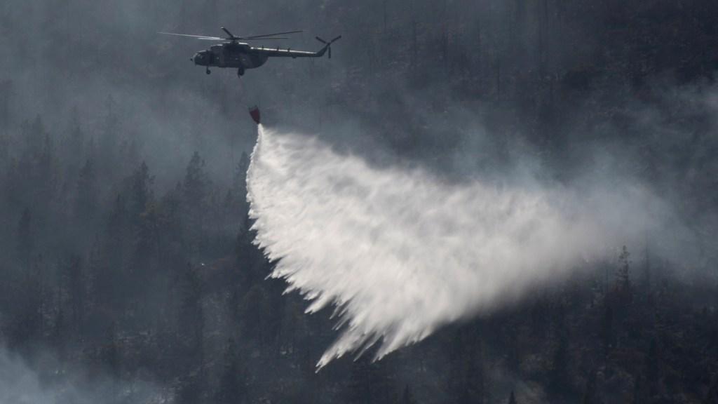 Helicóptero de la Guardia Nacional, durante el combate de los incendios forestales activos en Arteaga. Foto de EFE/Miguel Sierra.