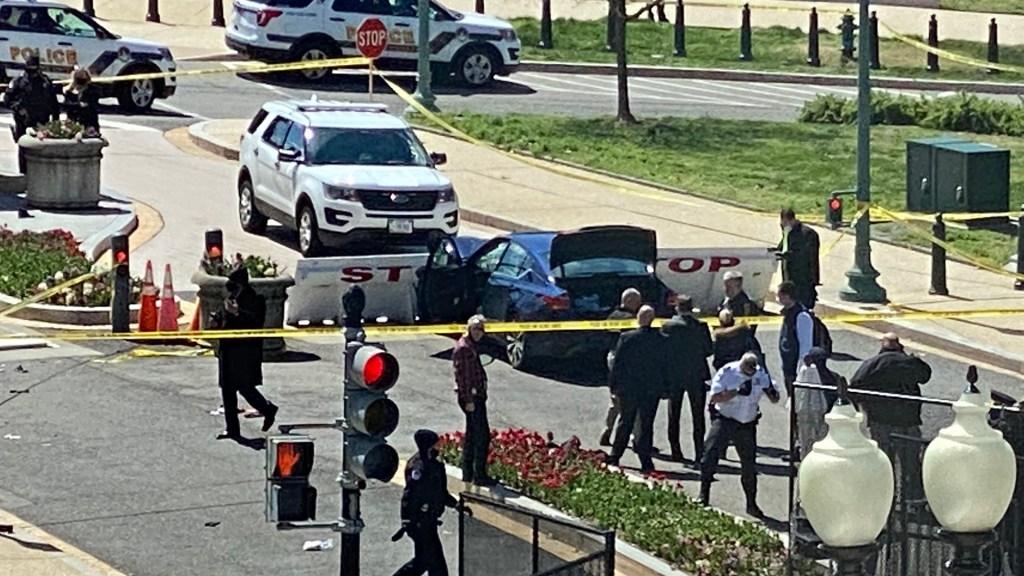 Muere sujeto que intentó irrumpir con su vehículo en el Capitolio - Incidente de seguridad afuera del Capitolio de Estados Unidos. Foto de @JacquiHeinrich