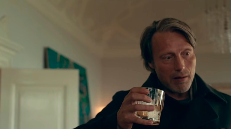 """Another Round"" se quiere tomar la última en los Óscar - Mads Mikkelsen en Another Round. Captura de pantalla"