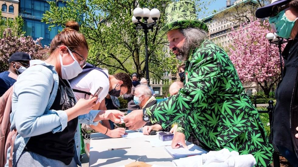 Regalan mariguana a vacunados contra COVID-19 en Nueva York - Regalan cigarros de mariguana en Nueva York. Foto de EFE