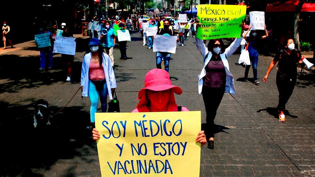 Profesionales de la salud privados exigen ser vacunados contra COVID-19 - Médicos del sector privado protestan en exigencia de que sean vacunados contra COVID-19, en Ciudad de México. Foto de EFE
