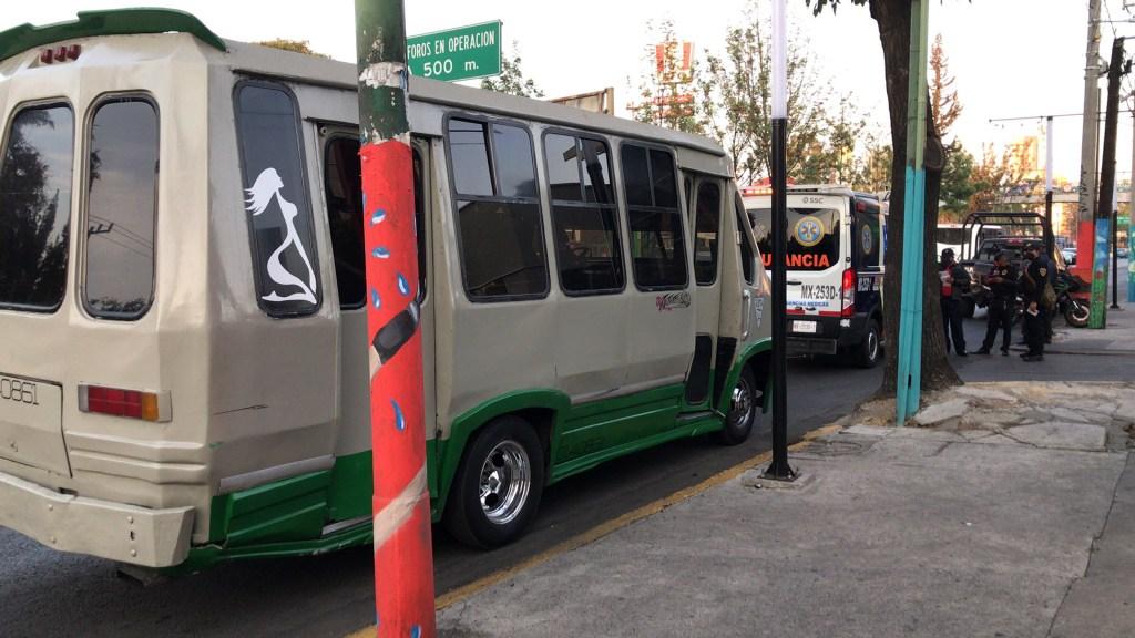 Adolescente de 14 años asalta microbús en Iztapalapa; baleó a dos pasajeros - Microbús de Iztapalapa cuyos pasajeros sufrieron intento de asalto. Foto de @A_marquez7