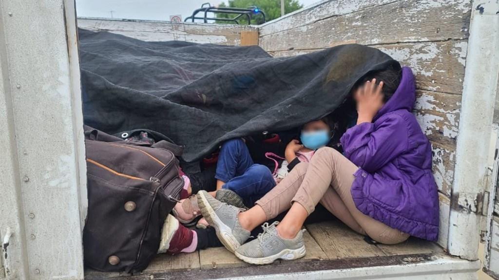 Rescatan a 61 migrantes hacinados en Nuevo León - Migrantes escondidos en vehículo