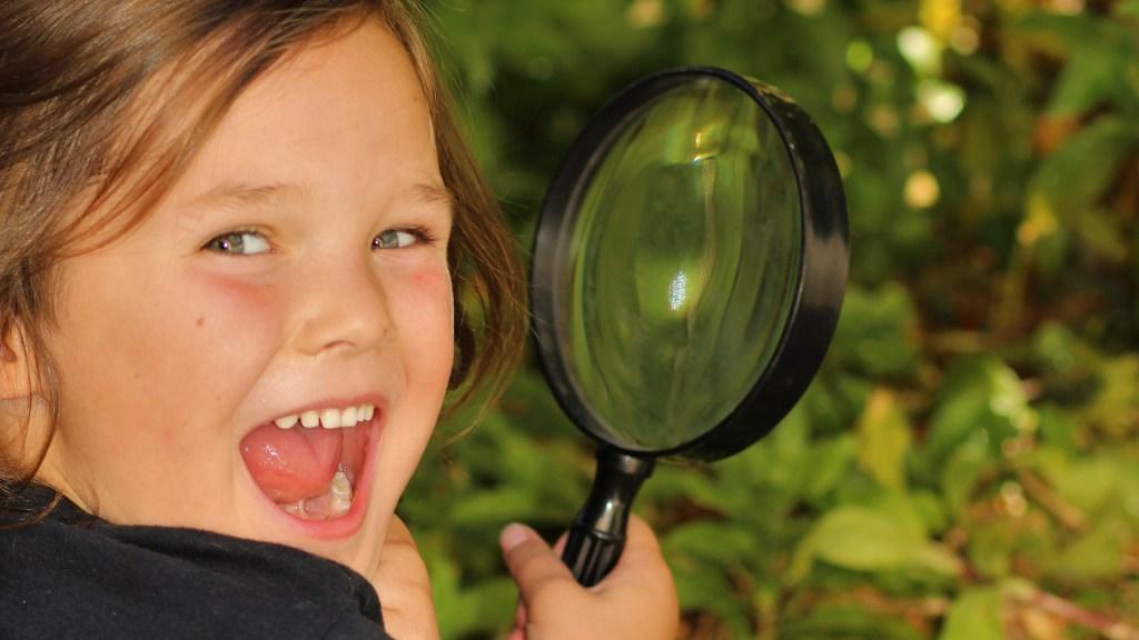 Niños detectives contra la desinformación, el nuevo curso DigiMENTE apoyado por Google - Niña con lupa. Foto de Elisabeth Wales / Unsplash