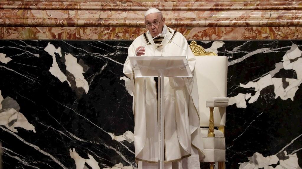 """Papa Francisco pide a sacerdotes no escandalizarse ante """"controversias moralistas"""" - El papa Francisco, durante la Misa Crismal de Jueves Santo. Foto de EFE/EPA/Andrew Medichini."""