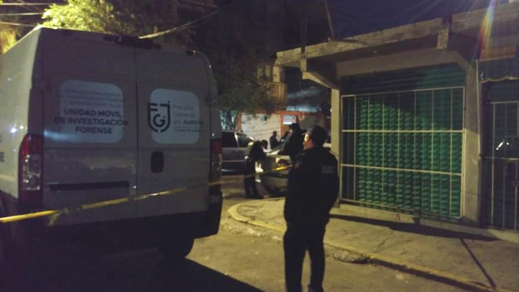 Asesinan en Iztapalapa a mujer con disparo en la cabeza - Peritos de la FGJ capitalina en Iztapalapa por asesinato de mujer. Foto de Milenio