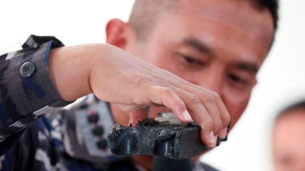 Indonesia localiza submarino desaparecido y da por muertos a los tripulantes - Oficial militar muestra escombros que se cree que son del submarino de la Armada de Indonesia desaparecido. Foto de EFE