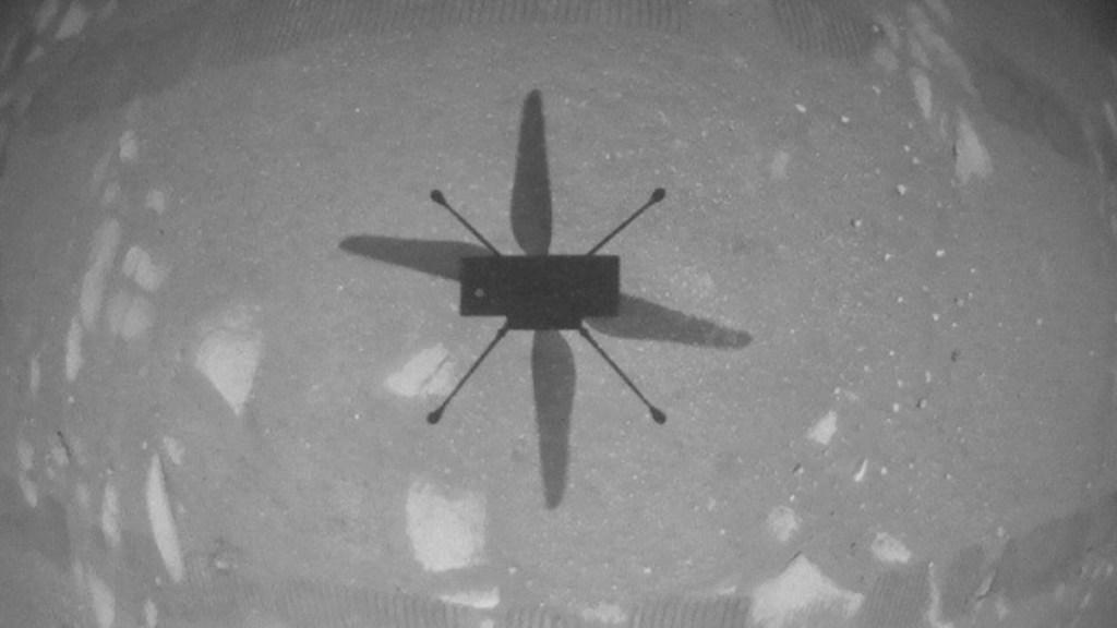 El helicóptero Ingenuity hace historia al volar, por primera vez, en Marte - La NASA informó que el Ingenuity realizó con éxito un vuelo corto en Marte, el primer vuelo de helicóptero en otro planeta. Un objetivo clave de la misión Rover de Perseverance de la NASA en Marte es la astrobiología, incluida la búsqueda de signos de vida microbiana antigua. Foto de EFE